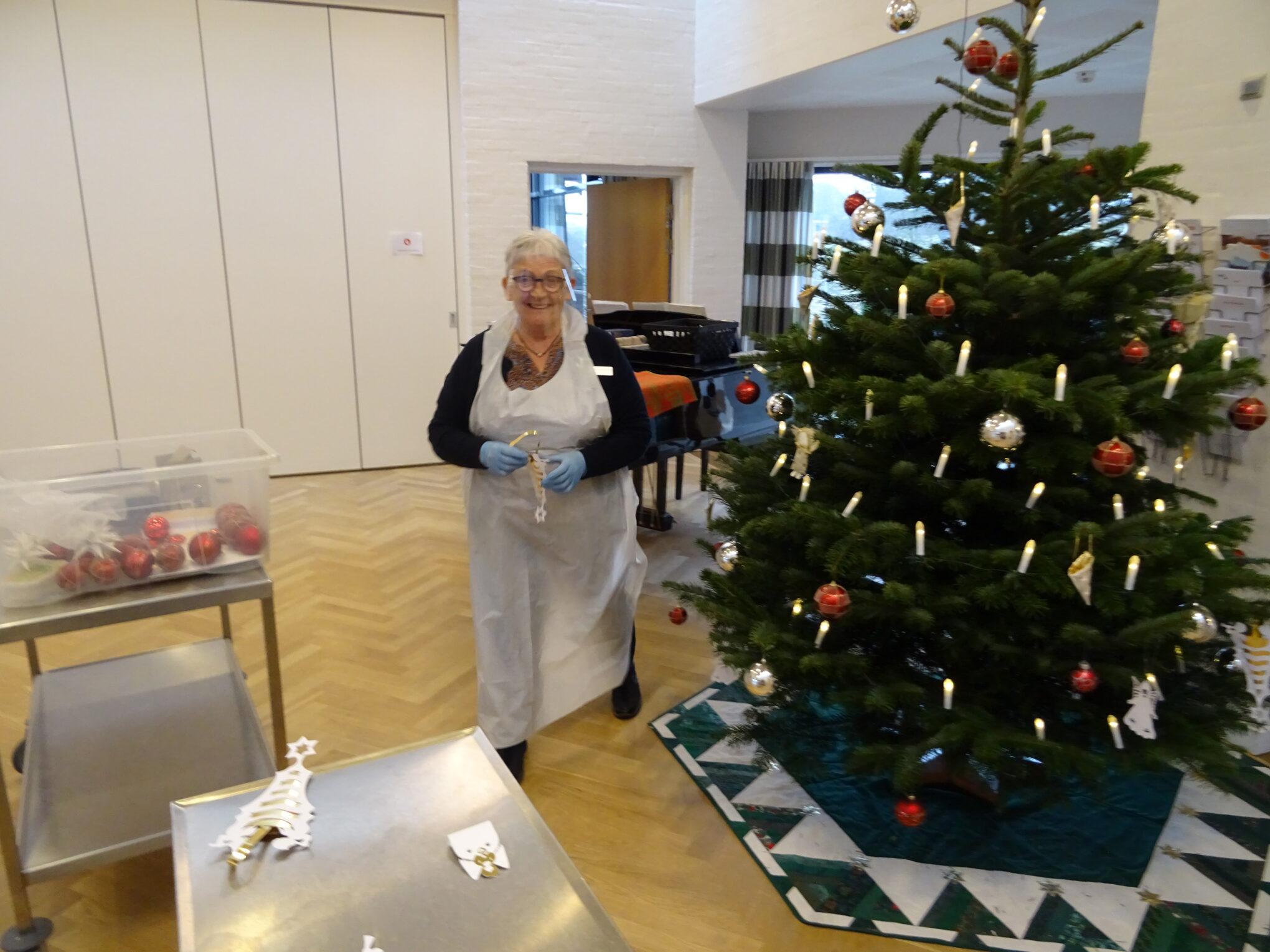 Juletræet bliver pyntet